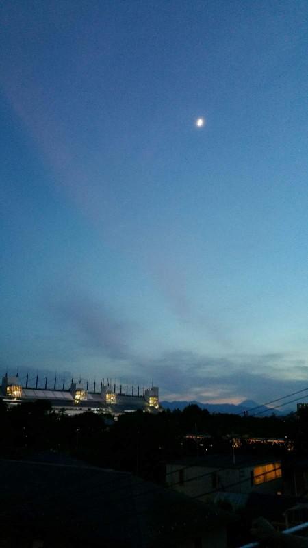 競馬場月と富士山