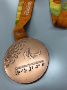 銅メダル(点字)